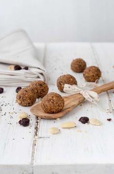Du suchst einen Snack, der auch noch frei von Zuckerzusatz ist? Dann ist dieses Rezept für vegane Energy Balls mit Kirschen und Mandeln genau das Richtige.