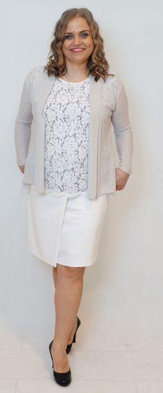 Biała spódnica, koronkowa bluzka i perłowy kardigan