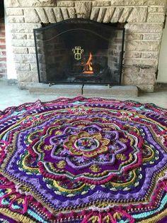 Mandala Madness - Free Pattern on Ravelry . CHefa More Crochet Doily Rug, Crochet Mandala Pattern, Crochet Squares, Crochet Home, Crochet Granny, Crochet Crafts, Crochet Stitches, Knit Crochet, Crochet Patterns
