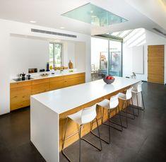 קורה עבה בתקרה מסמנת את גבול הדירה מקורית - מצידה האחד הגובה הוא 4.20 מטרים ומצדה השני 2.80 מטרים (צילום: איתי אבירן)