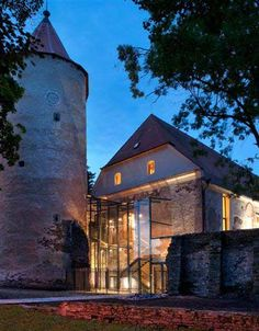 A beautiful glass insertion breathes life into a gorgeous 13th century fort. Jaromír Kročák.