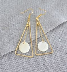 BÔNG TAI TAM GIÁC ĐÁ TRÒN B2728 Bông tai tam giác đá tròn thương hiệu YUNA được làm bằng hợp kim màu vàng ánh kim. Bông tai hình tam giác đính đá trắng rất cá tính nhưng không kém phần nhẹ nhàng. Thích hợp với mọi bạn gái.  Giá SP xem tại: http://yuna.com.vn/  #trangsucxuatkhau #trangsuc #phukien #shopphukien #jewelry #earring #rings #phukientrangsucxuatkhau #saigon #hcm #phukientrangsuc #shoptrangsuc #mua #giare #bongtai #sale #giamgia #yunashop