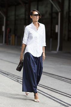 Camisa blanca oversized con pantalones azul marino