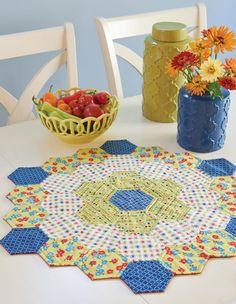 Create a Delightful Centerpiece from Hexies – Handwerk und Basteln Easy Quilts, Small Quilts, Mini Quilts, Wool Quilts, Hexagon Quilt Pattern, Quilt Patterns, Hexagon Quilting, Patchwork Quilting, Colchas Quilt