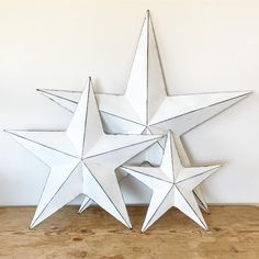 White Metal Barn StarA chic and simple metal barn star featuring a rustic white painted slightly distressed finish.Perfect for bring to any home space and sprucing up with garlands or string lights Wall mounting attachment / fixing included on the back of each star ready for you to hang.5 Sizes Available: 20cm 32cm 52 White Barn, Rustic White, Rustic Barn, White Paint Colors, Grey Paint, Narrow Hallway Decorating, Amish Barns, Metal Barn, Rustic Shabby Chic