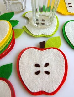 DIY gifts for teachers - felt apple coasters Kids Crafts, Felt Crafts, Fabric Crafts, Sewing Crafts, Sewing Projects, Diy Projects, Knitting Projects, Felt Projects, Sewing Tips