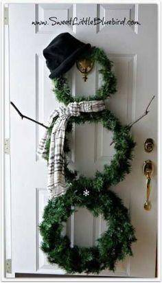 Ga eens niet voor één krans, maar een sneeuwman uit kransen. Kan gegarandeerd rekenen op veel succes.  www.bloemen.be (materiaal)