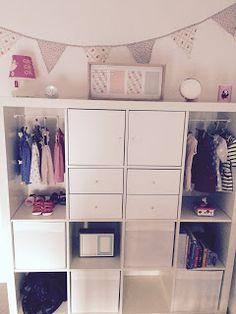 Pour préparer l'arrivée de mini Princesse j'ai choisi de transformer une étagère Expedit (qui s'appelle désormais Kallax) de chez Ikea en me...