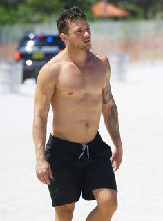 Ryan Phillippe's Shirtless on the Beach, Muscles in Your Face Swag
