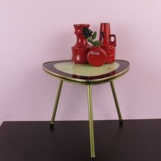 Flower stool, coffee table, footstool in the typical form of kidney from the 1960s. The plate is made of wood with a glass pane. The legs can
