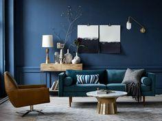 Salon avec mur en bleu canard et canapé en bleu pétrole, source West Elm