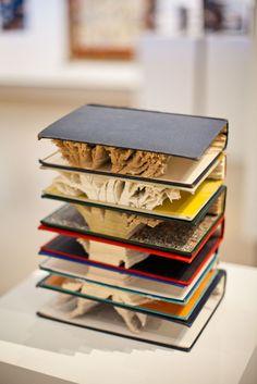 """""""Arte literario"""" ¿Cuánto tiempo habrá llevado cortar cada hoja de cada libro para lograr este resultado?"""