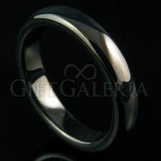 Aliança de Compromisso Meia Noite em Tungstênio com espessura de 4mm, formato cilíndrico e reto clássico, cor preta.