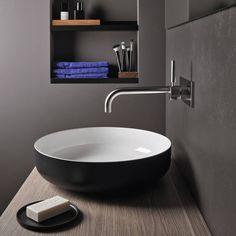 Créez une ambiance contrastée et chaleureuse dans la salle de bain avec cette vasque salle de bain noire et blanche de la marque allemande Alape.