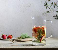 Les recettes de boissons détox de l'infuseur - L'infuseur Paris Green Beauty Routine, Beauty Routines, Agaves, Celine, Glass Vase, Table Decorations, Paris, Grapefruit Juice, Drink Recipes