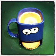 Krümelmonstertasse mit Keksablagefach und de Beukelaer Prinzenrolle #kruemelmonster #cookiemonster #tasse #cup #kaffee #coffee #keks #cookie #prinzenrolle #debeukelaer #griesson #schokolade #chocolate dreamceramics