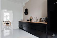 Kaunis sävy mustan keittiön seinällä