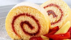 This almond and raspberry Swiss roll is a delicious afternoon treat that the whole family can enjoy together Swiss Roll Cakes, Swiss Cake, Food Cakes, Cupcake Cakes, Dessert Salads, Dessert Recipes, Jam Roll, Dessert Thermomix, Cake Roll Recipes