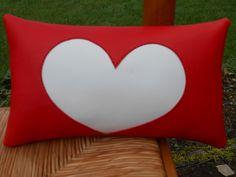 Coussin déco coeur en skaï souple rouge : Textiles et tapis par christelle-mg-creation