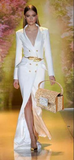 Le borse per l'estate si vestono di colore e allegria. Veri e propri gioielli da esibire con classe e stile.http://www.sfilate.it/226840/borse-gioiello-illuminano-serate-estive