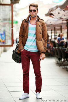 Pantalones en ladrillo, chaqueta de piel, playera estilo california a rayas, lentes de sol y tenis.