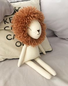 No photo description available. Sewing For Kids, Diy For Kids, Crafts For Kids, Sewing Toys, Baby Sewing, Peluche Lion, Diy Y Manualidades, Handmade Stuffed Animals, Fabric Animals