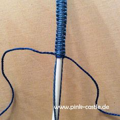 DIY Macrame Charging Cable - Coverup with embroidery thread in your desired colors. Many more DIY tutorials on www. Arm Bracelets, Macrame Bracelets, Macrame Knots, Pink Castle, Diy Friendship Bracelets Patterns, Jewelry Knots, Cord Organization, Diy Blog, Macrame Projects