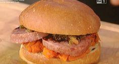 utilizziamo il cotechino precotto, bolliamo quindi in acqua e tagliamo poi a fette, passiamo nel forno. Scaldiamo i panini da hamburger e farciamo con la zucca cotta in forno senza condimenti, uniamo le fette di cotechino, aggiungiamo la salsa verde e aceto balsamico. Chiudiamo il panino caldo e serviamo subito.  Secondo panino con hamburger di cotechino  Ingredienti e preparazione: scaldiamo in forno le fette di cotechino già cotto. Scaldiamo i panini per hamburger e farciamo con le fette
