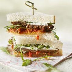 Sandwich met tomatentapenade, roggebrood en kaasspread
