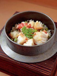 """京都では、普段の食卓で食べられている家庭料理、惣菜のことを """"おばんざい""""と言います。大根や水菜とおあげの炊いたん、なすの田楽など、旬の京野菜を使った一品は、京都人が慣れ親しむ季節の味。家でくつろいでいるような雰囲気で、ほっとする味わいをいただいて。"""