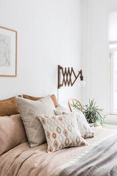 Schmücke dein Schlafzimmer für den Herbst mit diesen dekorativen Zierkissen in warmen Tönen. #schlafzimmereinrichtung #leinenkissen #zierkissenleinen Cushion Covers, Decorative Pillows, Cushions, Throw Pillows, Trends, Bed, Pattern, Design, House