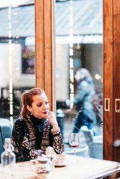-malha Nasty Gal -casaco de paetês Joulik -tricô Style Nanda -calça Nasty Gal -botas Fiorifrancesi para Luisa Via Roma -joias Marisa Clermann -bolsa Chanel