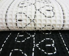 Tee-se-itse-naisen sisustusblogi: Vohvelikirjontaa pyyhkeisiin Swedish Embroidery, Swedish Weaving, Needle And Thread, Diy And Crafts, Hand Crafts, Art School, Activities For Kids, Upcycle, Throw Pillows