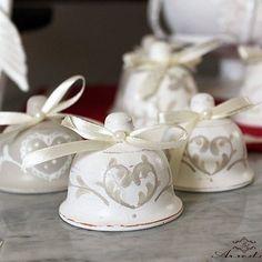 Campanelline in ceramica  #campane #campanelle #campanella #ceramica #ceramic #decorazione #decoro #shabbychic #shabby #shabbychicdecor #love #cuore #artigianale #artigianato #natale #natale2015 #christmas #arredart  #handmadewithlove #handmadeinitaly #madeinitaly