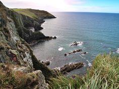 Surfen in Easky, die Cliffs of Moher besuchen und an den Klippen von Old Head bei Kinosäle sitzen - das gehört alles zu einem Irland Roadtrip.