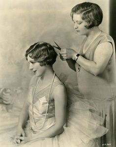 Vintage Hairstyles Mary Pickford, 1928 getting her hair bobbed! Belle Epoque, Vintage Hairstyles, Bob Hairstyles, Pelo Retro, Vintage Beauty, Vintage Fashion, Fashion 1920s, Mary Pickford, 1920s Hair