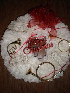 Coffee Filter Christmas Wreath Christmas Door Decorations, Christmas Wreaths, Christmas Crafts, Christmas Ideas, Coffee Filter Wreath, Music Crafts, Diy Wreath, Beautiful Christmas, Craft Fairs