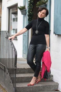 Pink stilvoll mit schwarzen Kunstlederleggings kombiniert #matureblogger #50plusblogger