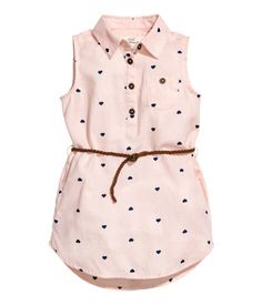 Sleeveless shirt dress in a soft, patterned cotton weave with a collar, button placket and chest pocket with a button. Detachable, braided imitation suede b Little Girl Outfits, Little Girl Dresses, Kids Outfits, Baby Girl Fashion, Fashion Kids, Baby Dress Design, Baby Frocks Designs, Baby Dress Patterns, Kind Mode