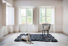 <p>Håndknyttede tæpper er som håndgribeligt musik De håndknyttede tæpper er fremstillet i traditionelle materialer og en teknik, der har været kendt i århundreder, men skaber et moderne design. Et design der både rækker frem, men i høj grad også bærer