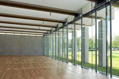 Conexión visual interior-exterior en una sala del proyecto de ampliación del Museo de Arte Kimbell (Louis Kahn) de Renzo Piano en Dallas, Texas.