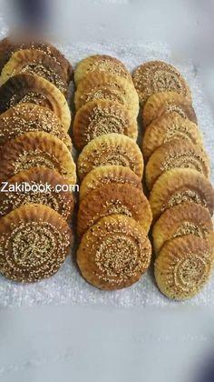 اقراص نبكي Sesame Cookies, Arabic Dessert, Le Chef, Dessert Recipes, Desserts, Hot Dog Buns, Mousse, Biscuits, Muffin
