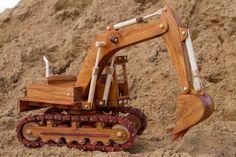 Handgemaakte houten graafmachine, gemaakt van Nieuw-Guinea palissander met Jarrah tracks en hoogtepunten. Afgewerkt met satijnen polyurethaan. Bevat volledig functionele nummers, hydraulische vijzels, telescooparmen lichaam draait een volledige 360 graden, gieken en emmer verplaatsen met