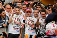GP de la Comunidad Valenciana: Márquez y Viñales, campeones de MotoGP y Moto3. Ante más de 105.000 espectadores que abarrotaron las gradas del circuito Ricardo Tormo, Marc Márquez (Honda) y Maverick Viñales (KTM) se proclamaron campeones de MotoGP y Moto3, respectivamente, en dos carreras emocionantes, sobre todo la de la categoría benjamina.