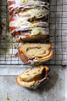 Kardemommestenger med pistasjefyll  #gjærbakst #søtgjærbakst #baking #bakst #noetilkaffen #sweettooth #sweettreats #lettvint #easy #recipes #oppskrifter