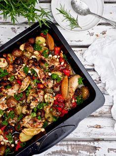 Välimeren kana-kasvisvuoka valmistuu yhden vuoan taktiikalla, joten tästä ei ruoanlaitto voi enää helpommaksi tulla. Kaikki raaka-aineet sekoitetaan keskenään ja uuni hoitaa loput. Välimeren kana-kasvisvuoka saa makua mm. perunasta, herkkusienistä, tomaateista, sipulista ja valkosipulista. Tuoreista yrteistä, latva-artisokasta, sitruunasta, fetajuustosta ja hunajasta. #välimeri #peltiruoka #uuniruoka #arkiruoka #kana #kanakasvisvuoka #helppo #resepti Paella, Feta, Food And Drink, Cooking Recipes, Salad, Ethnic Recipes, Main Courses, Main Course Dishes, Salads