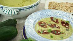 Martín Berasategui prepara una crema ligera de calabaza, un plato de cuchara barato y fácil de hacer y que puede servirse acompañada de piñones tostados y lonchas de jamón ibérico.