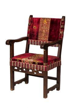 Sillón frailero de nogal con chambrana tallada y recortada tapizado con terciopelo y bordados antiguos, S.XVII  108 x 50 x 59 cm