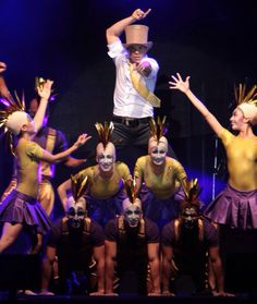 Netinho em 2009 no palco com seu cast de bailarinos na segunda noite de gravação do seu DVD Netinho e a Caixa Mágica em Aracaju/SE. Música O Erê. Criação e Direção Netinho.