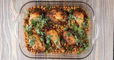 Κοτόπουλο με ρεβίθια από τον Άκη Πετρετζίκη. Φτιάξτε μπούτι κοτόπουλο στον φούρνο με ρεβίθια, κρεμμύδια, πράσο και πάπρικα και θα γίνει το αγαπημένο σας φαγητό